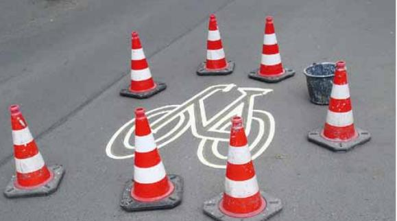Ein Radstreifen wird markiert