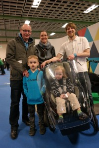 Dietmar und Annika Erdmeier gefällt das Veleon-Lastenrad mit Neigetechnik und Windschutzscheibe, das Diplom-Ingenieur Julius Adomeit (rechts) entwickelt hat – ihren Kindern Henrik und Inga auch.