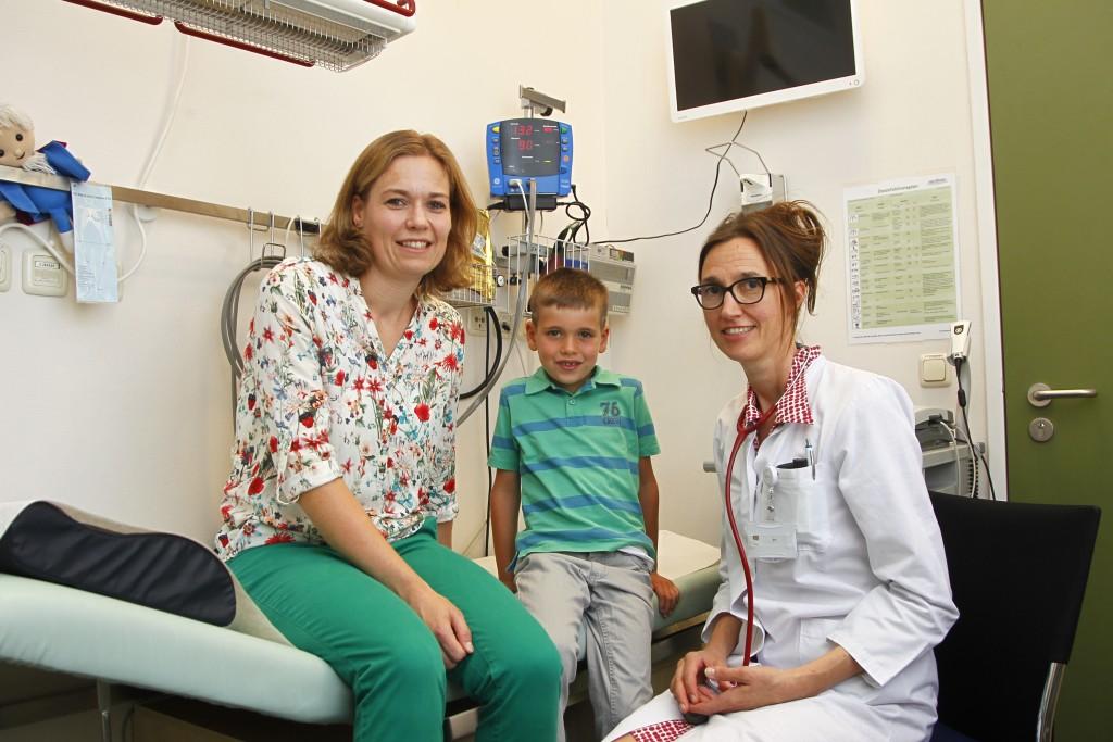 Berlin -Der 6-jährige Henry ist herzkrank und wird im Deutschen Herzzentrum behandelt. Auf dem Foto sind unter anderem seine Mutter und seine Ärztin Dr Danne (alle Namen hat Texterin Petra Götze  (Foto: Jörg Krauthöfer)