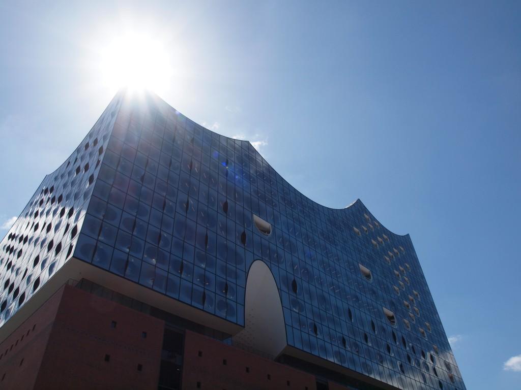 Die Elbphilharmonie in Hamburg ist einen Besuch wert, vor allem wenn dort wider Erwarten die Sonne scheint.