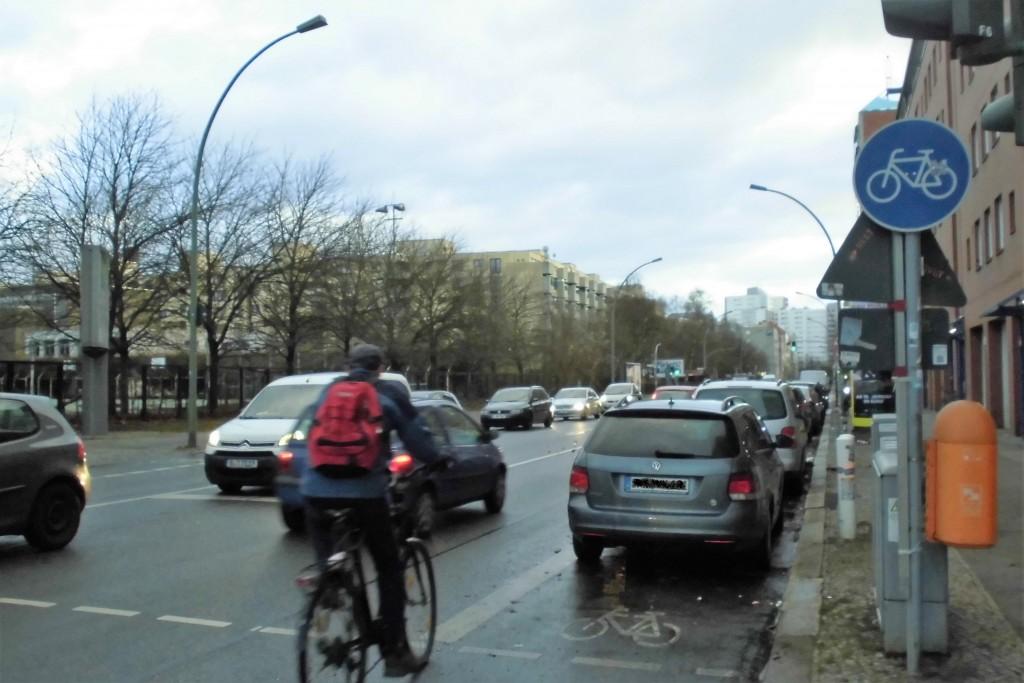 Beim Ausweichen in den Kraftfahrzeugverkehr kann es gefährlich werden. Foto: @poliauwei