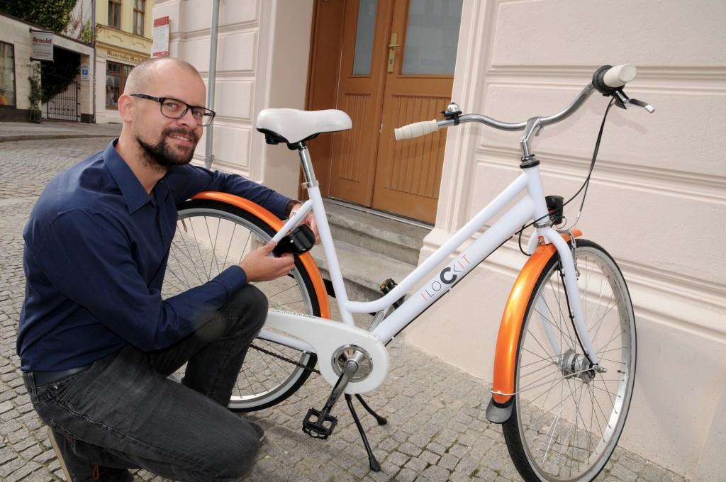 Mechatroniker Christian Anuth (32) zeigt, wo »I Lock It« am Fahrrad montiert wird. Im Frühjahr soll das intelligente Schloss auf den Markt kommen. Foto: Katrin Starke