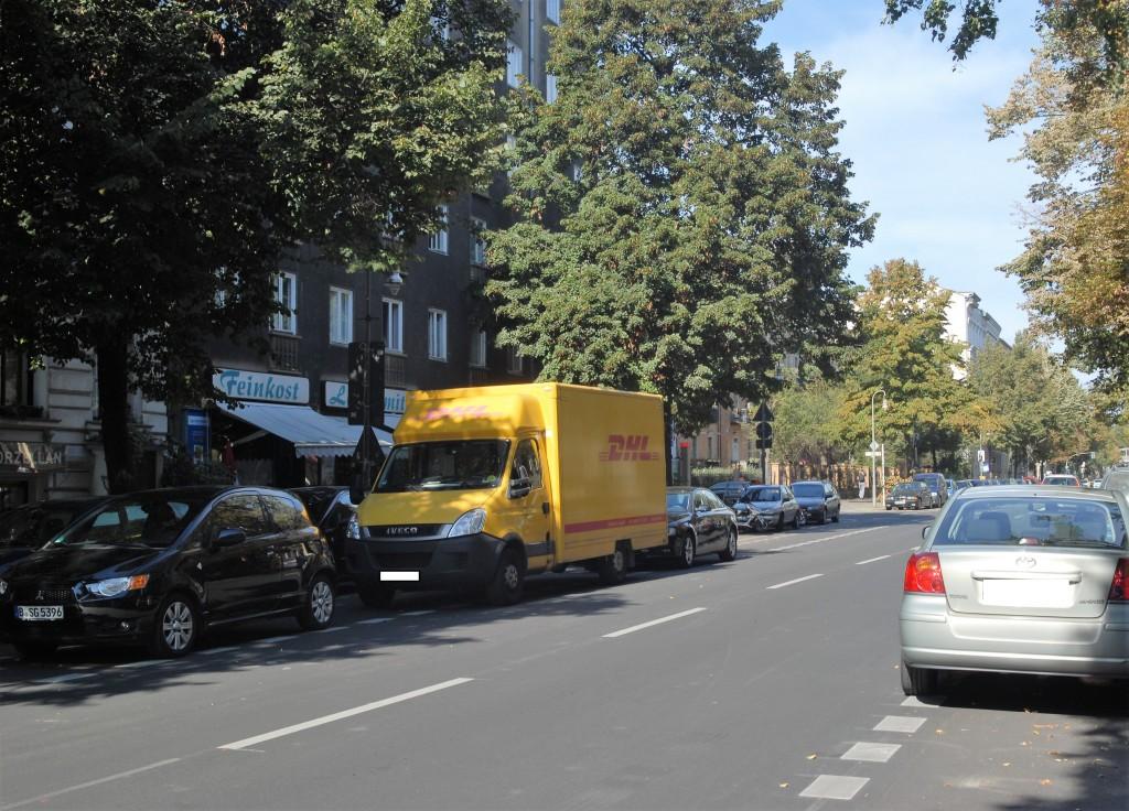 In der Großbeerenstraße in Schöneberg blockieren Autos die Radspuren in beiden Richtungen Foto: Josta van Bockxmeer