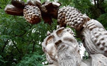 Weingott Bacchus, geschnitzt vom Künstler Olaf Vietzke, wacht oberhalb des Weinhangs in Bestensee über die Rebstöcke.