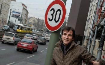 Setzt sich für bessere Luft in der Berliner Allee (Weißensee) ein – Norbert Mahler. Foto: Reto Klar/Berliner Morgenpost