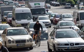 Würden Sie Ihrem Kind, Ehepartner oder Bekannten empfehlen, auf der B96 Fahrrad zu fahren? Foto: Norbert Michalke