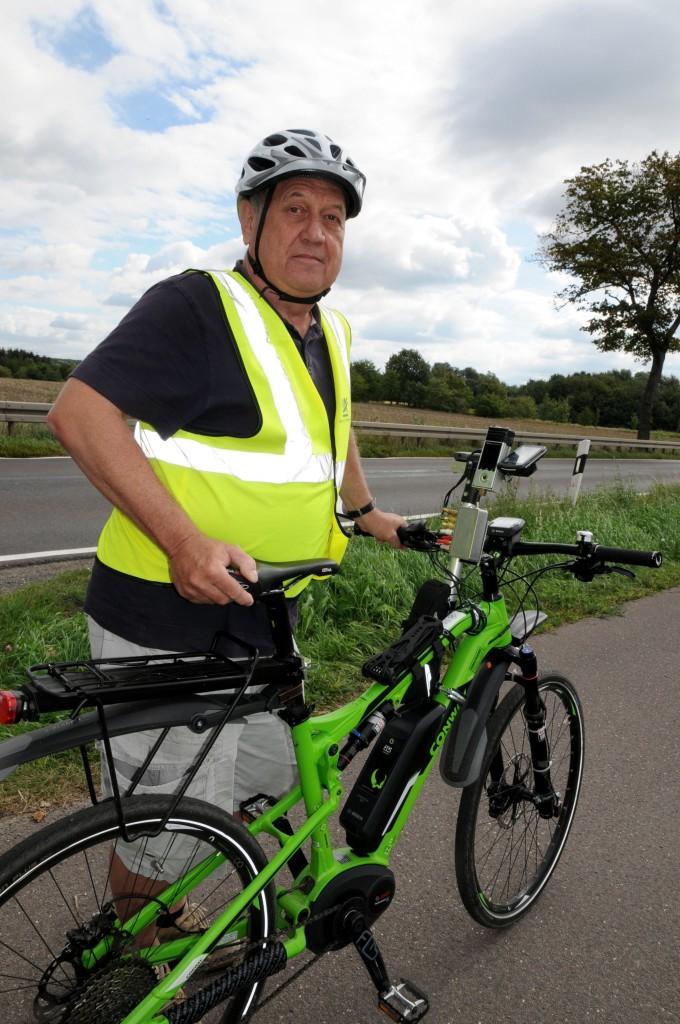 Auf seinem mit spezieller Messtechnik ausgestatteten E-Bike nimmt Stefan Oertelt den Zustand der Radwege an den brandenburgischen Landesstraßen ins Visier. Foto: Katrin Starke