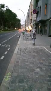 In der Warschauer Straße gibt es jetzt Schutzstreifen und Ladezonen – leider häufig zugeparkt. Foto: ADFC Berlin